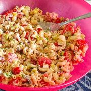 Macaroni salade met bleekselderij, bosui en bacon