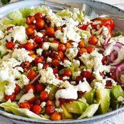 Salade met pittige kikkererwten, avocado en blauwe kaas