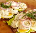 Smørrebrød met garnalen in yoghurtsaus en ei