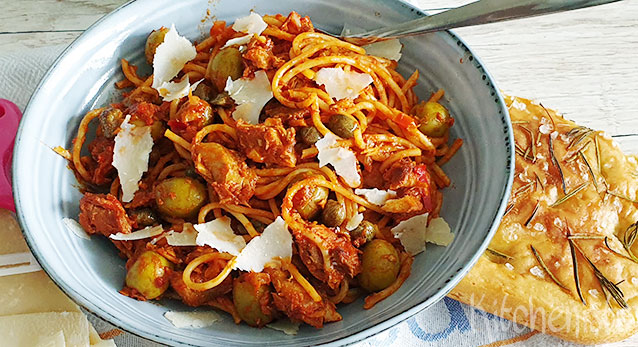 Spaghetti puttanesca met haring in tomatensaus