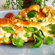 Croissants eiersalade met gerookte zalm