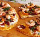 Flatbread met garnalen en zongedroogde tomaatjes