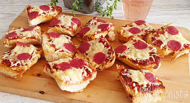 Pizza knoflookbrood met salami en mozzarella