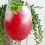 Rosé cocktail met granaatappelsap en frambozen