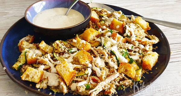 Salade met pulled chicken, courgette en bulgur