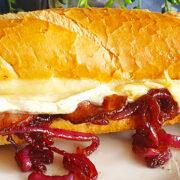 Baguette met brie, bacon en gekaramelliseerde rode ui