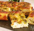 Pesto focaccia met mozzarella en pijnboompitjes