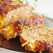Gehaktbrood met spekjes, kaas en ui