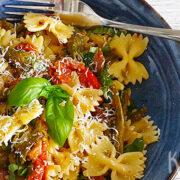 Pasta met groene asperges, tomaatjes en pancetta