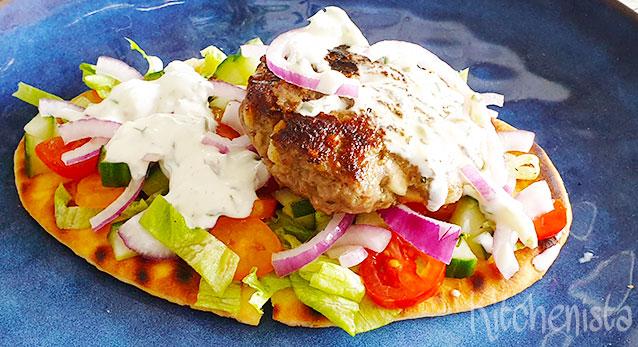 Bifteki met feta in een Griekse pita (bifteki me tiri)