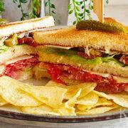 Spaanse club sandwich met chorizo en Serranoham