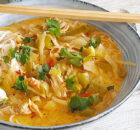 Thaise noedelsoep met kip, groenten en kokos