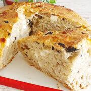 Luchtig brood met olijven, feta en za'atar