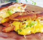 Gebakken cheddar hot dog met gekaramelliseerde uien