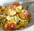 Courgetti met kipgehaktballetjes en knoflookboter