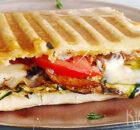 Panini met courgette, tomaat, spek en mozzarella