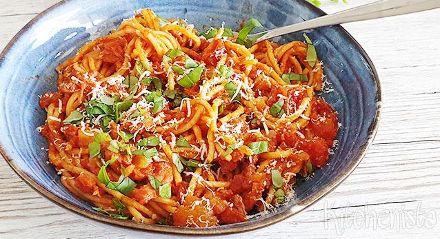 Spaghetti met smoky bacon in tomatensaus